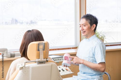 Slika na platnu 歯医者で説明を受ける女性