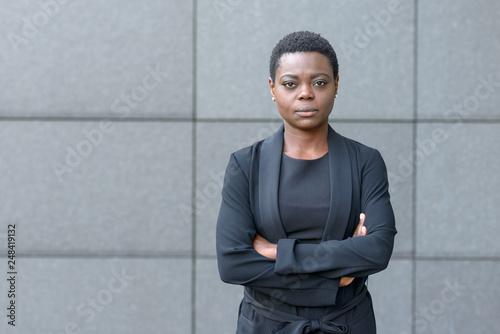Pinturas sobre lienzo  Stern serious young black businesswoman