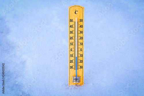 Fotografía  Outdoor thermometer in the snow