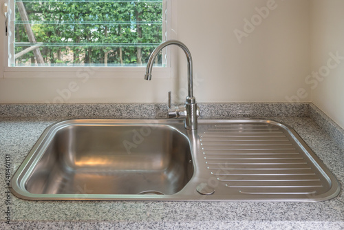 Fotografía  sink with faucet in kitchen room