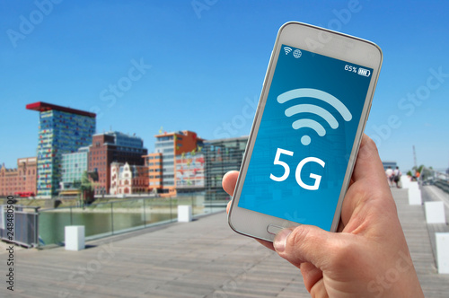 Fotografía  Smartphone mit Netzabdeckung Bandbreite 5G