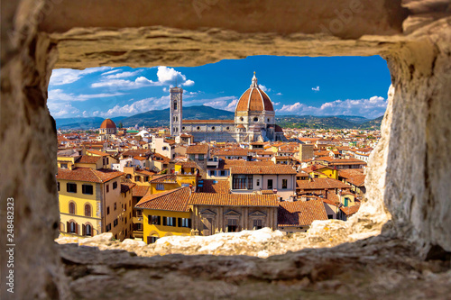 Fototapeta Florence square and cathedral di Santa Maria del Fiore or Duomo view through sto