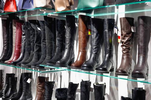 Zdjęcie XXL Półki z pięknymi skórzanymi butami i torbami w sklepie