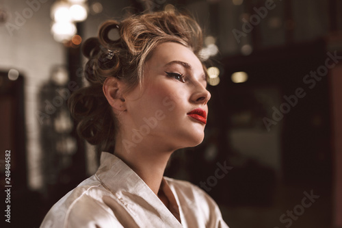 Photo  Close up young beautiful actress with wavy hairstyle and red lips in silk robe d