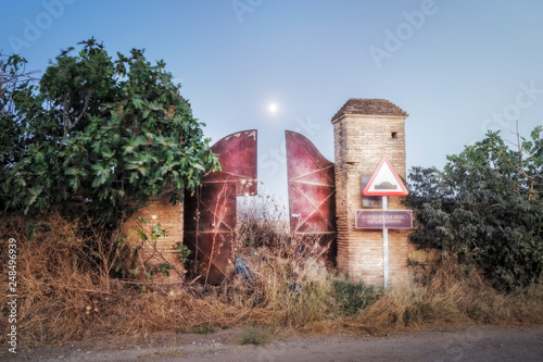 Photographie  Long exposure night image where the facade of an abandoned farmhouse can be seen
