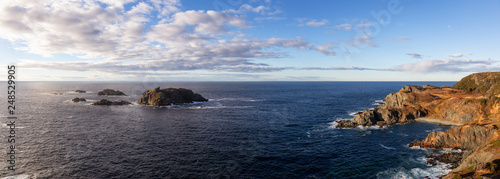 Fotografía  Striking panoramic seascape view on a rocky Atlantic Ocean Coast during a vibrant sunset
