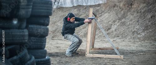 Fotografía Combat gun tactical shooting behind and around cover or barricade