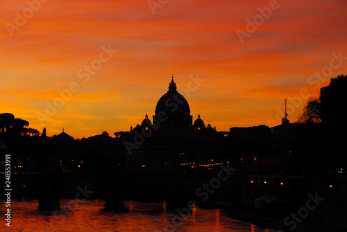 Photo Beautiful sunset along River Tiber in Rome with St Peter dome
