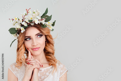 Photographie skeptical woman floral headband thinking finger on cheek