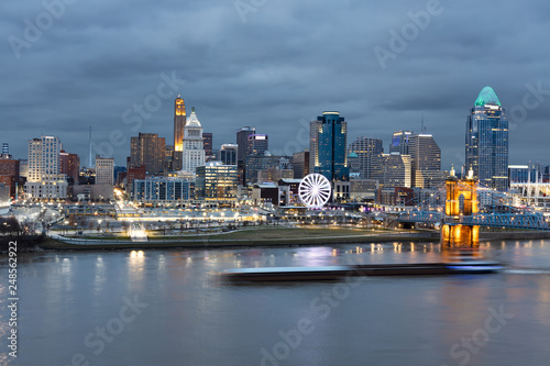 Foto View of Cincinnati Skyline with a Barge Zipping Through the Ohio River
