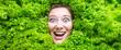 Leinwandbild Motiv Frau mit Salat , Konzept für Lebensmittelindustrie. Gesicht von lachende Frau in Salat flache.