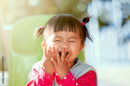 Photo  Cute asian baby girl laughing and playing peekaboo or hide and seek with fun
