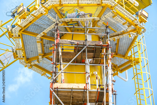 Fotografía Scaffolding work on offshore oil and gas central processing platform while erected to crane column for repair structure of crane, work at height activity
