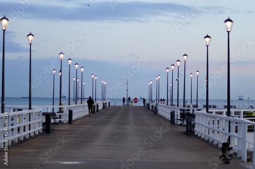 Fotografía  O wschodzie słońca na plaży. Zatoka.