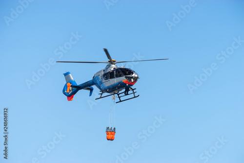 Staande foto Polizeihubschrauber fliegt Übung
