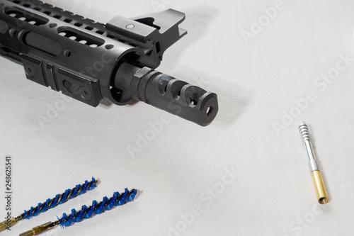 Fotografía  Gunsmith cleaning gun rifle assemble maintenance