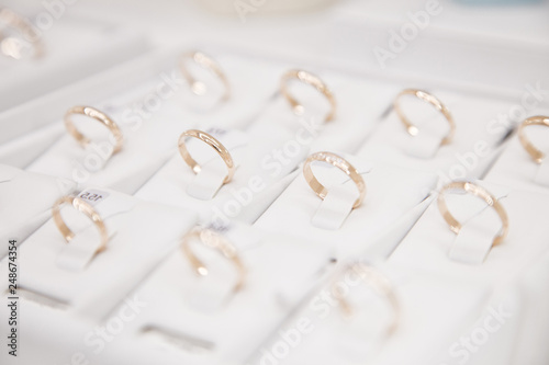 Jewelry, golden rings in jewelry shop, close-up Fototapet