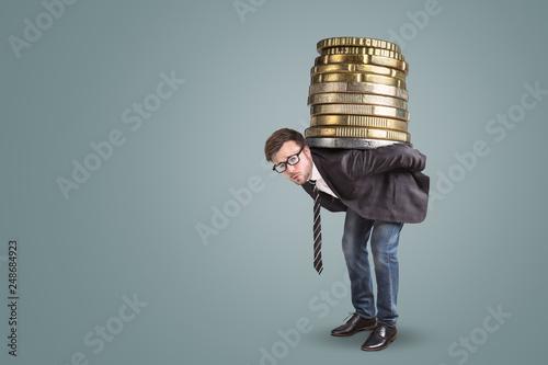 Obraz na plátně Geschäftsmann trägt einen riesigen Stapel Münzen auf dem Rücken