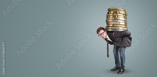 Photo Geschäftsmann trägt einen riesigen Stapel Münzen auf dem Rücken