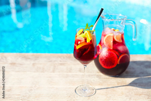 Fotomural Refreshing classic fruit sangria by the pool