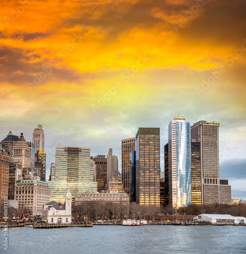 Fotografia  Lower Manhattan sunset skyline as seen from a cruise ship, New York