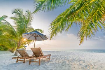 Tropikalny miejscowość nadmorska hotelu tło jako lato krajobraz z holów drzewkami palmowymi w słońce promieniach i spokojnym morzem dla plażowego sztandaru. Koncepcja luksusowych wakacji i miejsc wakacyjnych
