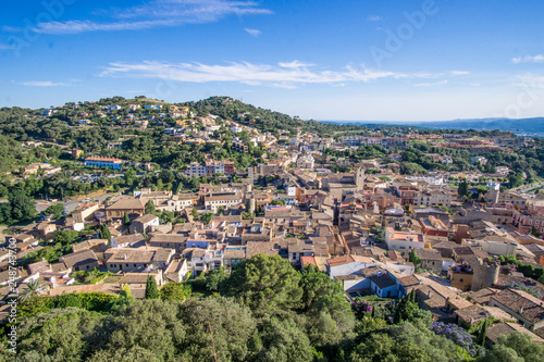 Fotografia  aerial view of landscape with a clear sky in begur city