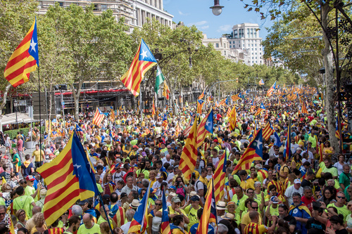 Fotografia  People wave 'Esteladas' (pro-independence Catalan flags) as they gather during a pro-independence demonstration, on September 11, 2017 in Barcelona during the National Day of Catalonia, the 'Diada'