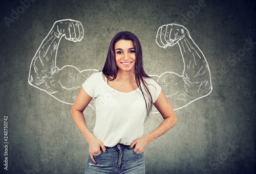 Photo  Strong happy young woman flexing her muscles