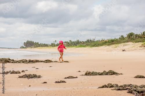 Valokuva  Criança brincando com areia na praia