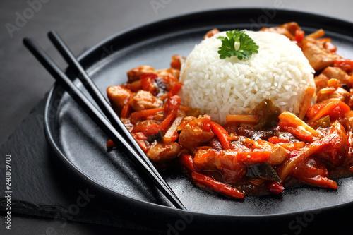 Fototapeta Kurczak w sosie słodko kwaśnym z białym ryżem. obraz
