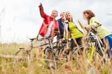 Senioren Nutzen Auf Radtour Sm...