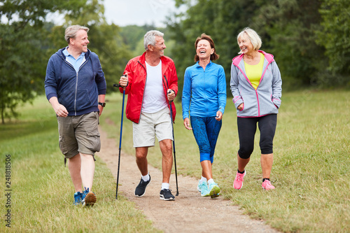 Obraz na płótnie Aktive Gruppe Senioren beim Wandern