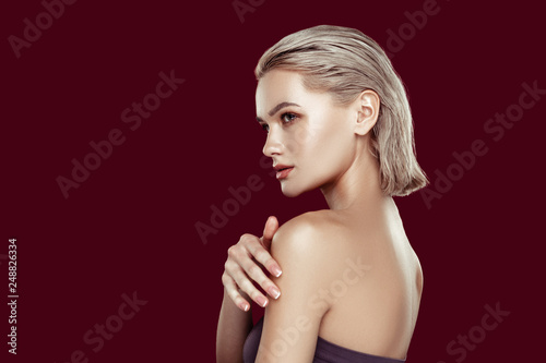 Fotografía  Blonde-haired woman with nice complexion posing for magazine