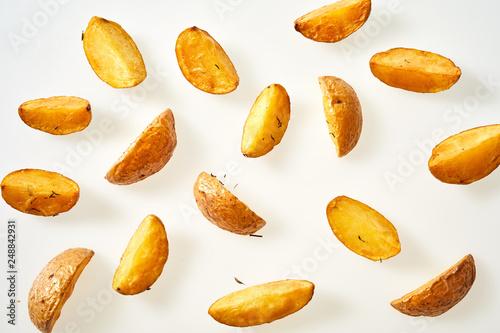 Fotografia Fresh oven baked potato wedges with their skins