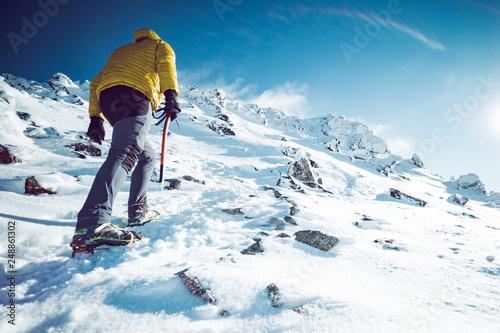 Fotografía A climber ascending a mountain in winter