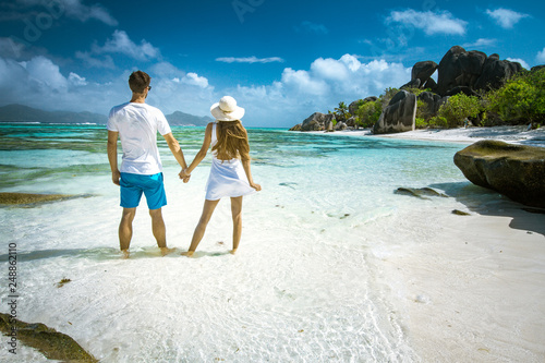 Fotografia  A young couple standing in shallow water on La Digue island, Seychelles
