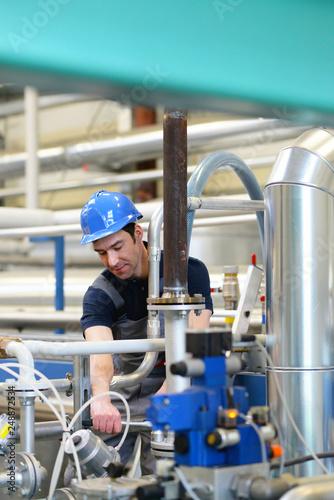 Fotografía  Industriemechaniker repariert eine technische Anlage // Industrial mechanic repa