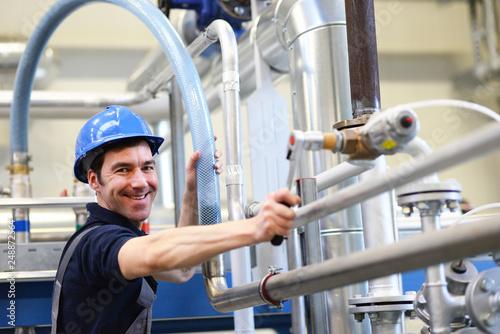 Canvastavla Industriemechaniker repariert eine technische Anlage // Industrial mechanic repa