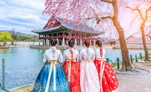 Autocollant pour porte Seoul Cherry Blossom with Korean national dress at Gyeongbokgung Palace Seoul,South Korea