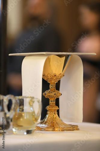 Fotografie, Obraz  Kelch auf einem Altar