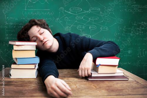 Fotografía  Schlafender Schüler Student schläft beim lernen für die Prüfung am Schreibtisch