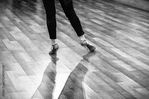 Photo Les pieds d'une danseuse de danse latine - N&B