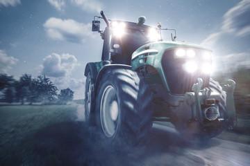 Traktor fährt auf einem Feldweg bei Nacht