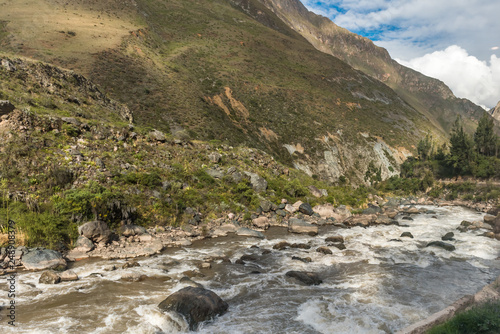 Fotografía  View along the Urubamba River in Peru