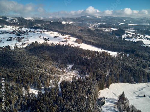 piekna-panoramiczna-panorama-z-drona-z-lotu-ptaka-do-istebnej-duzej-wsi-i-siedziby-gminy-istebna-powiat-cieszynski-w-wojewodztwie