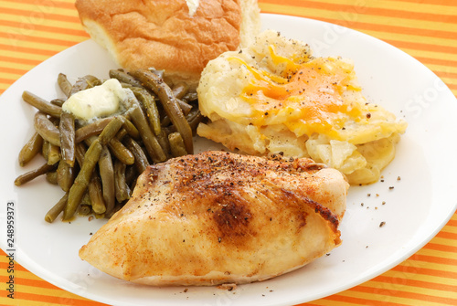 Fotografía  Skinless Chicken Breast Baked and Served with Buttered Green Beans and Potatoes