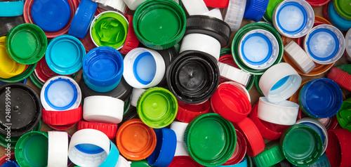 Valokuva  Fundo colorido com tampas plásticas
