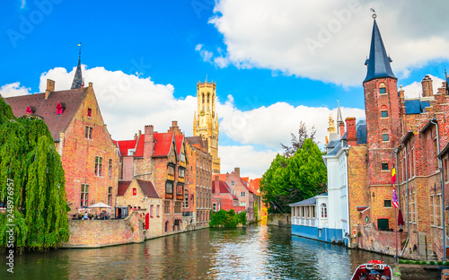 Beautiful canal and traditional houses in the old town of Bruges (Brugge), Belgi Fotobehang