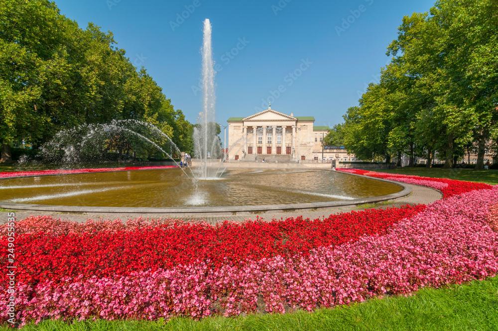 Fototapety, obrazy: Budynek Teatru Wielkiego z fontanną i ogrodem